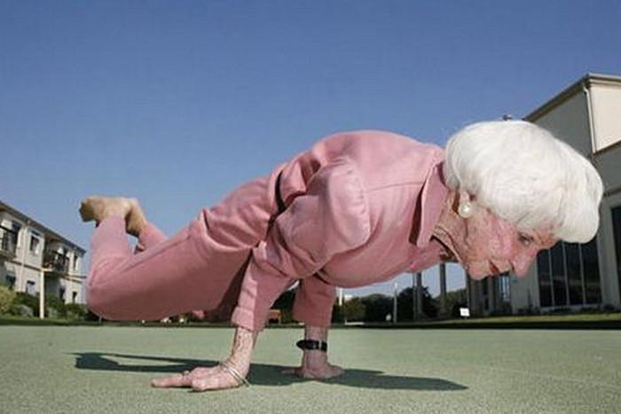 пожилая женщина занимается йогой