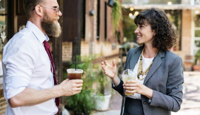 женщина и мужчина разговаривают