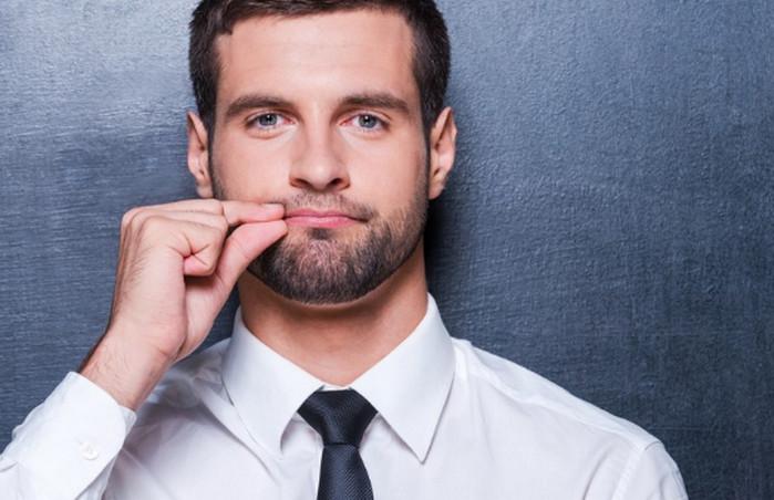 мужчина закрывает себе рот