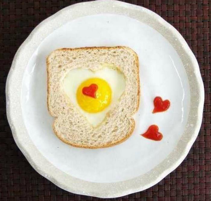 яичница в форме сердца