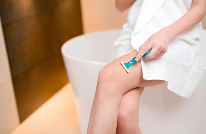 бреет ноги