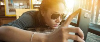 девушка читает хронику новостей в социальной сети