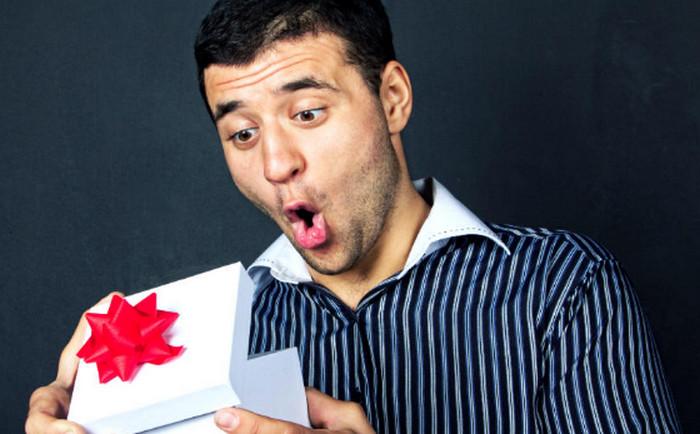парень открывает подарок
