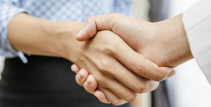 женщина жмет руку мужчине