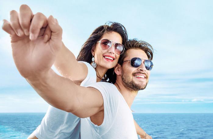 парень с девушкой обнимаются на море