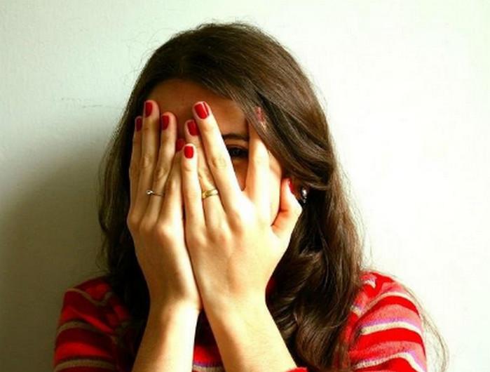 девушка закрывает лицо