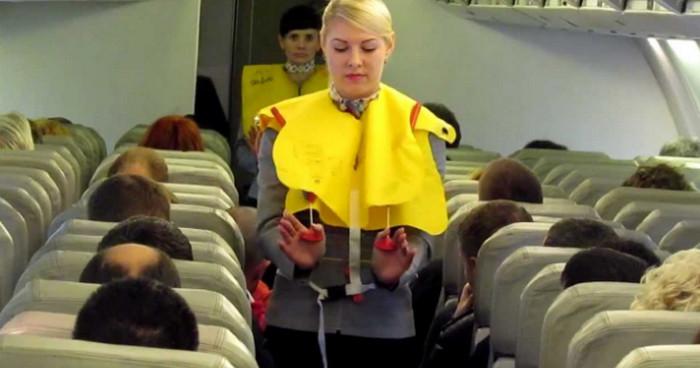 бортпроводник инструктирует пассажиров