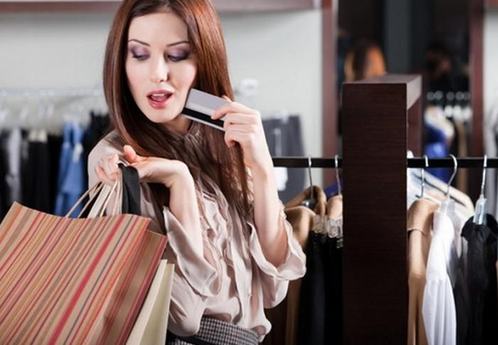 девушка занимается шопингом