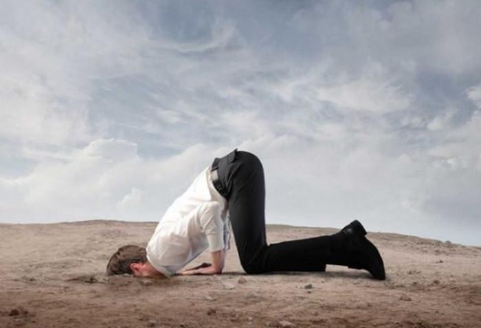 мужчина засунул голову в землю