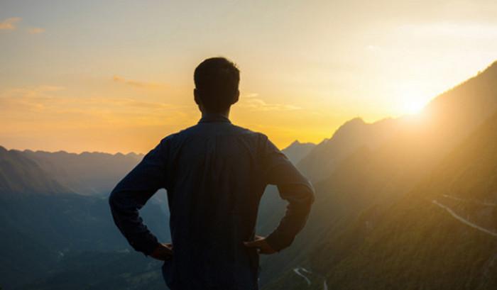 мужчина смотрит на горизонт