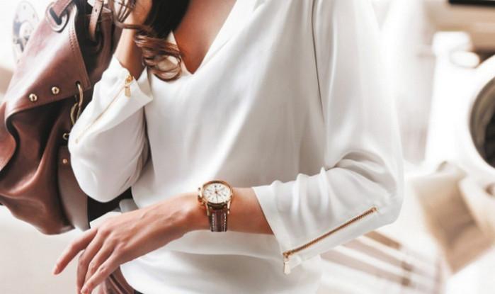 женщина смотрит на часы