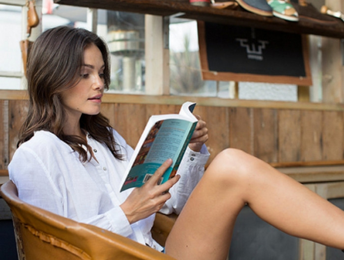 читает книгу