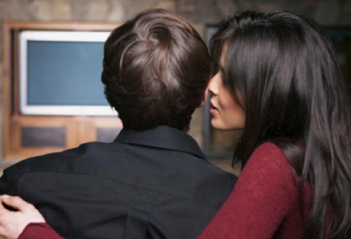 парень и девушка смотрят телевизор