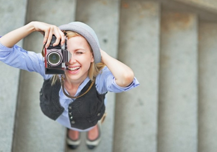 девушка фотографирует
