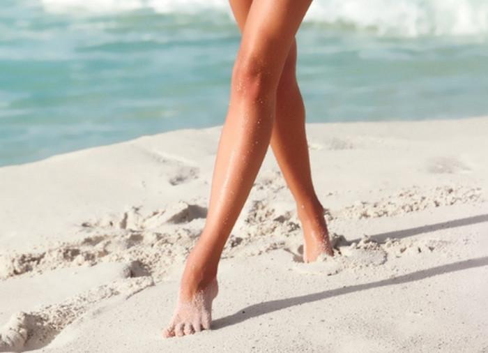 девушка ходит по песку