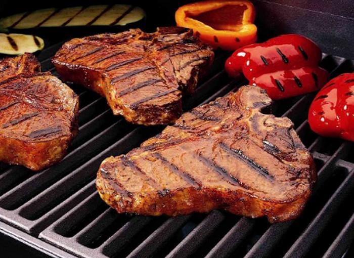 куски мяса на гриле