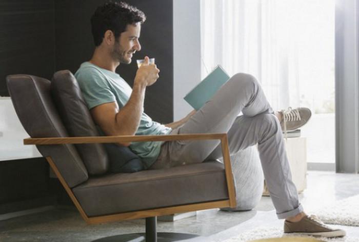 ухоженный мужчина один читает дома