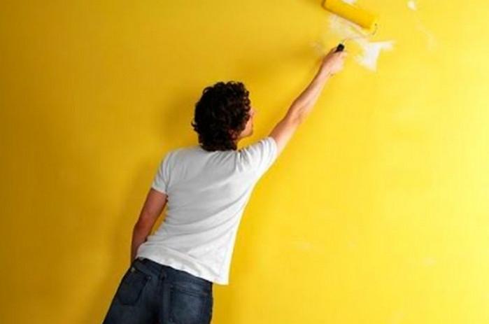 красит стену