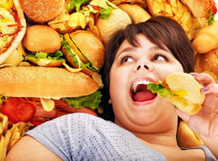 женщина ест фастфуд