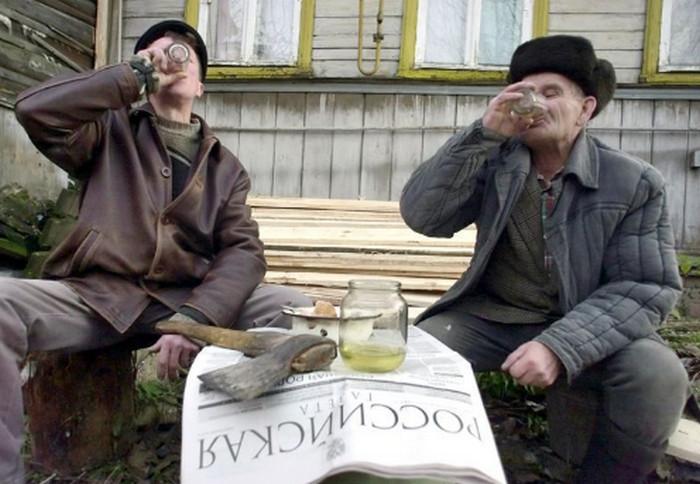 деревенские жители пьют
