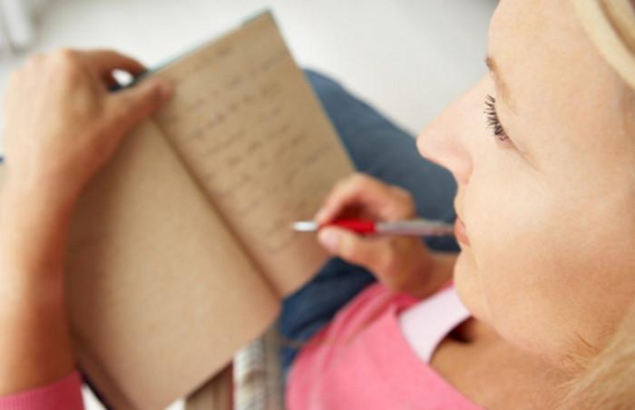 что-то пишет в блокнот