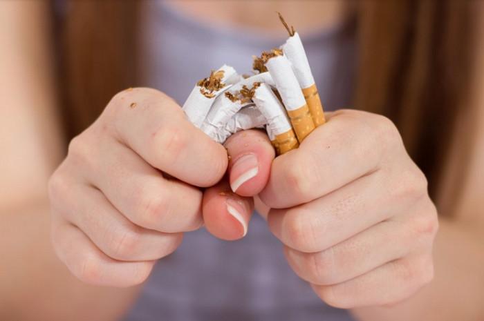 ломает сигареты