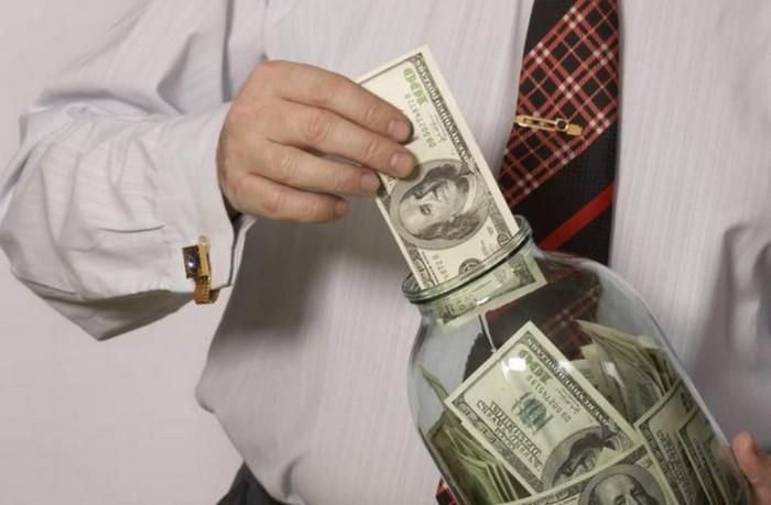 кладет деньги в банку