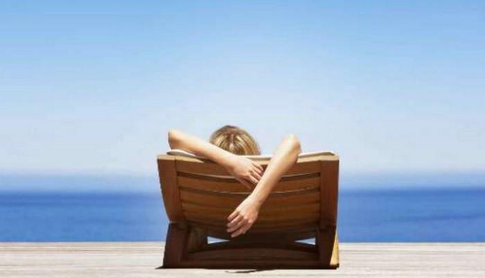 девушка лежит на берегу моря