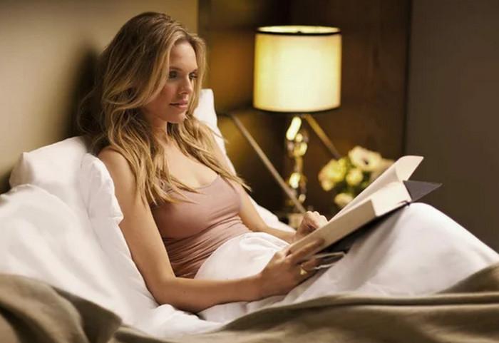 девушка читает в кровати