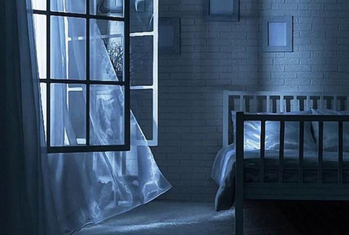 проветривает комнату
