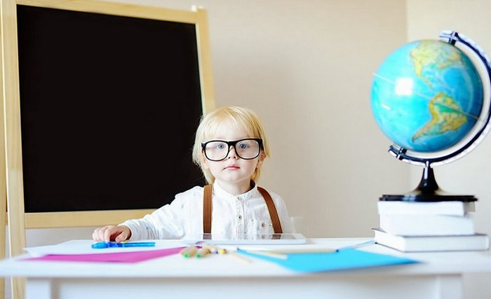 ребенок за учебным столом