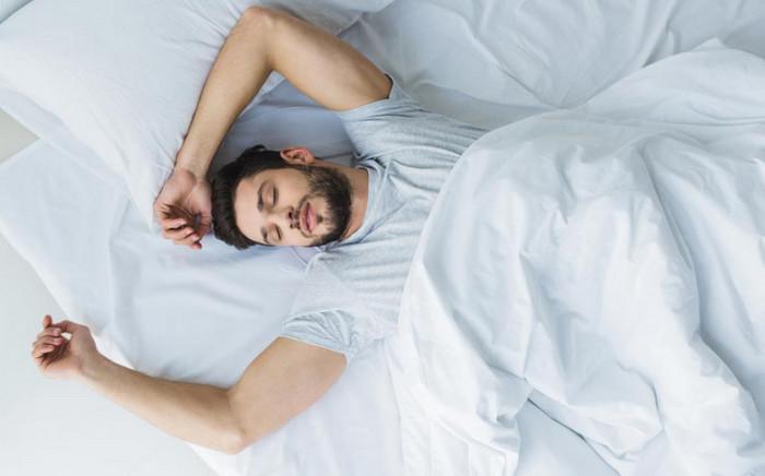 мужчина спит на спине