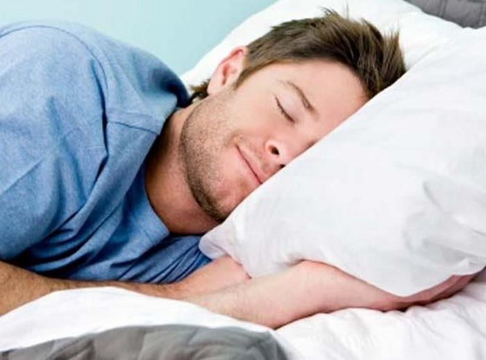 мужчина лежит на подушке
