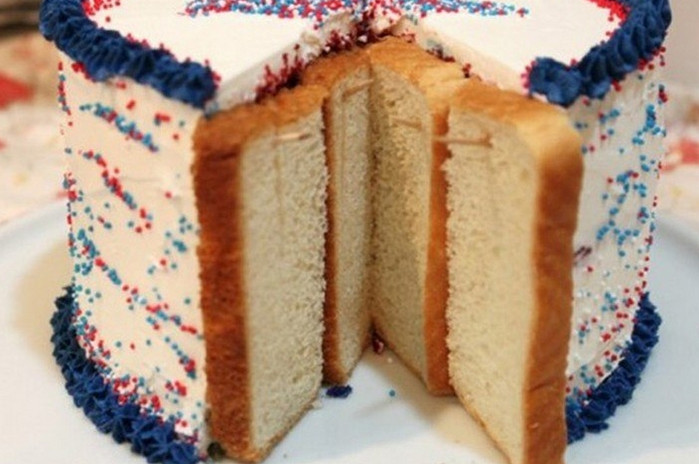 торт разрезанный