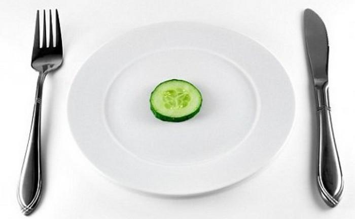 огурец на тарелке