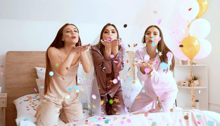 девушки в пижамах празднуют