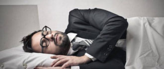 мужчина в костюме спит