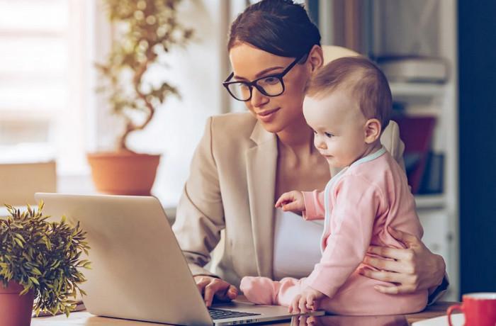 мама с ребенком возле компьютера