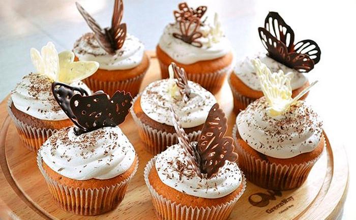 шоколадные бабочки на кексах