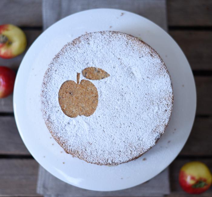 украшенный сахарной пудрой пирог