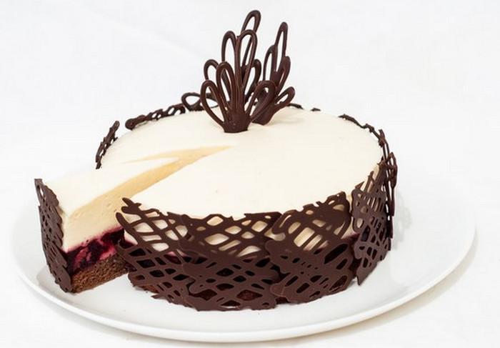 украшенный шоколадом торт