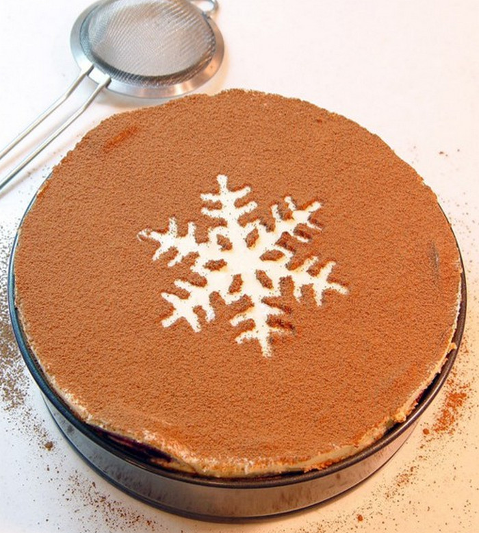 украшенный какао пирог
