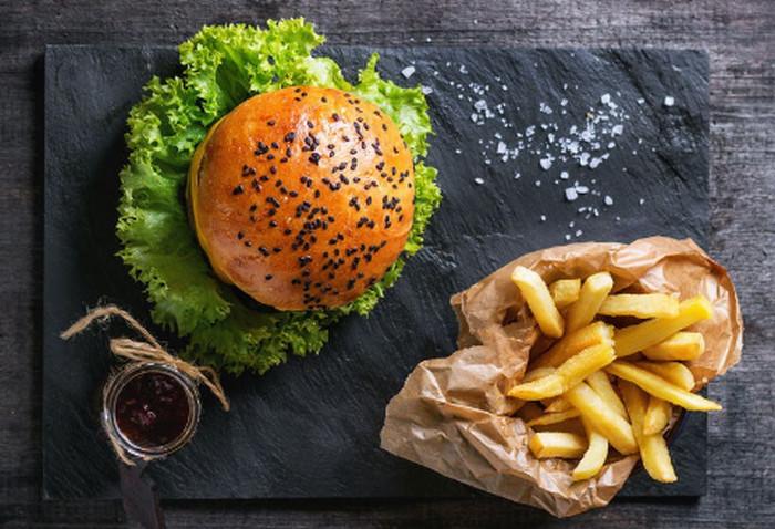 бургер и картошка на доске