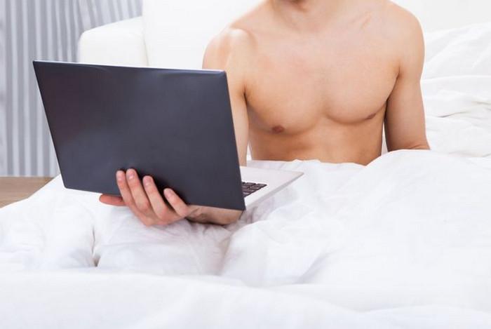 мужчина в постели с ноутбуком