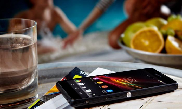 смартфон лежит на столе