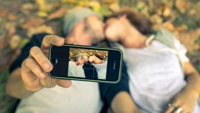 фотографирует на смартфон