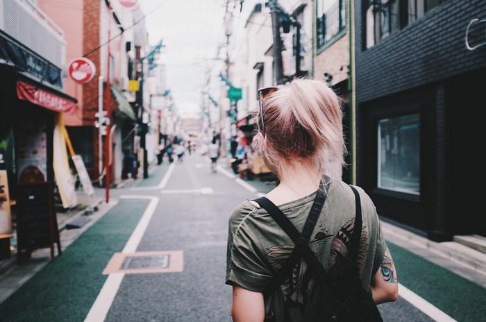 ходит по улице