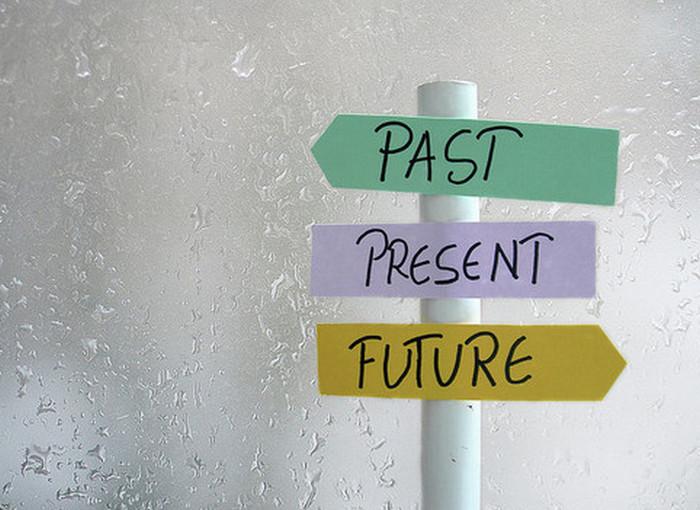 указатель со словами прошлое, настоящее и будущее