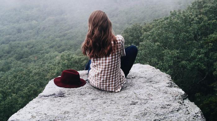 девушка одна на горе
