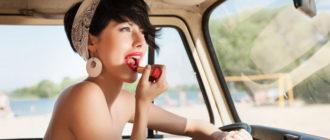 девушка красится на ходу в машине